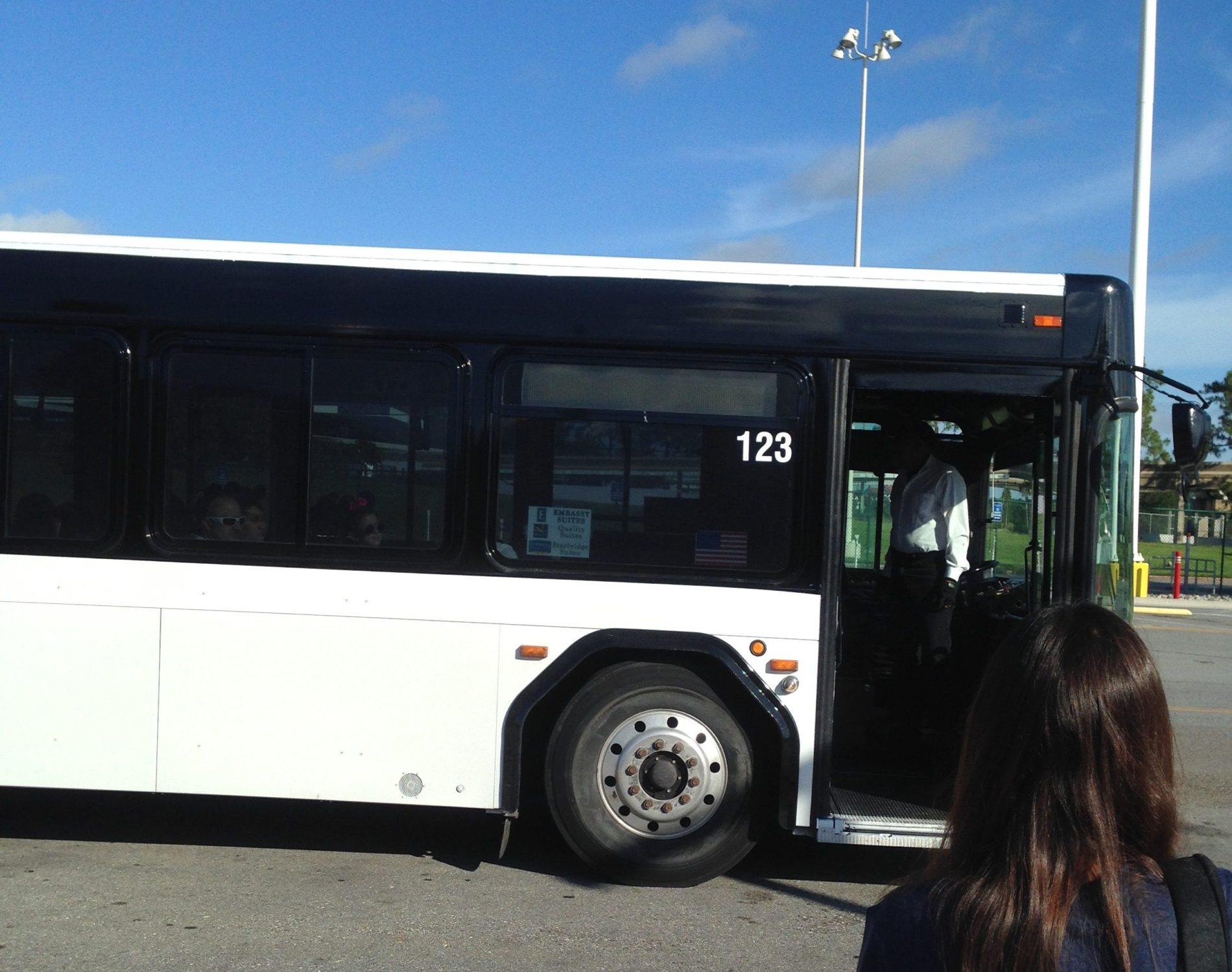 ディズニーパーク行きのシャトルバス